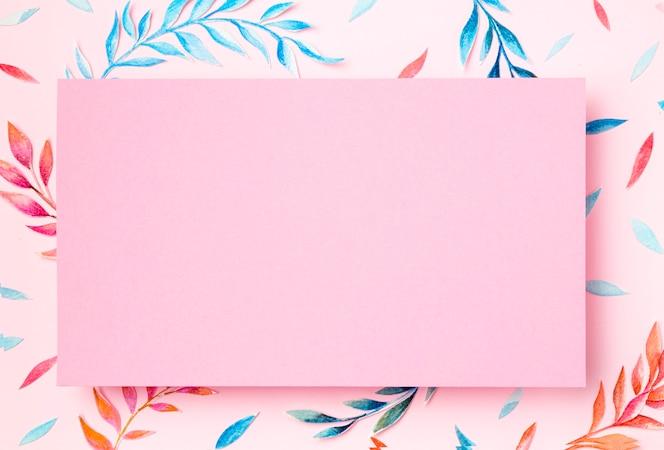 Odgórnego widoku tropikalni liście na różowym tle