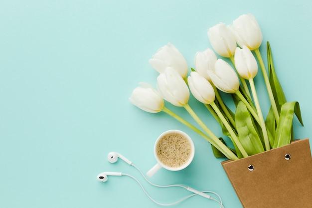 Odgórnego widoku tulipanowi biali kwiaty i kawa