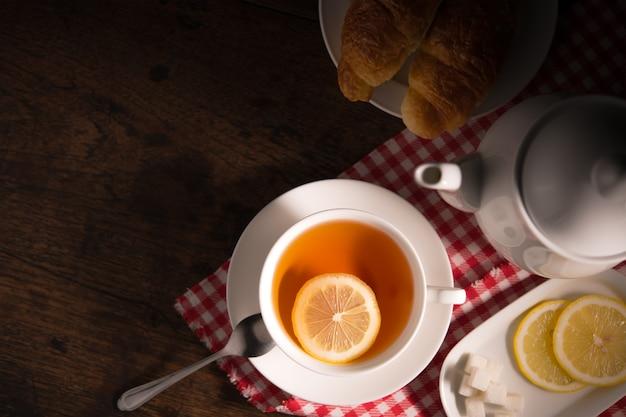 Odgórnego widoku wizerunek filiżanka herbata z cytryną na drewnianym stole