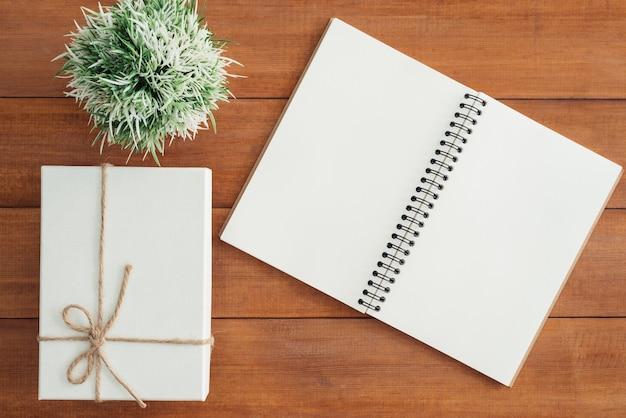 Odgórnego widoku wizerunek otwarty notatnik z pustymi stronami na drewnianym stole