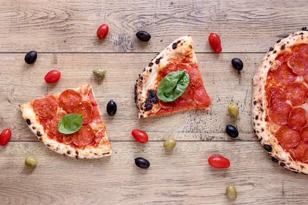 Odgórnego widoku wyśmienicie pizza na drewnianym tle