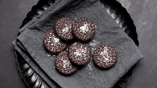 Odgórnego widoku zakończenia czekoladowi ciastka na talerzu