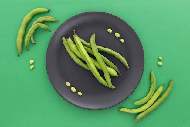 Odgórnego widoku zdrowe fasolki szparagowe na talerzu