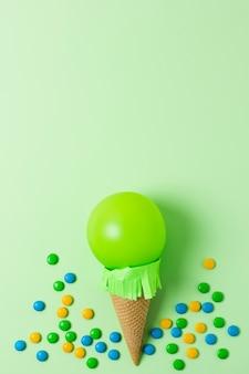 Odgórnego widoku zieleni balonu lody z kopii przestrzenią