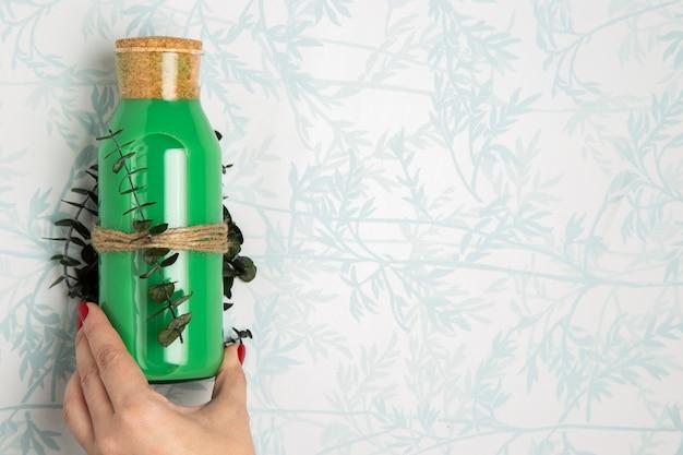 Odgórnego widoku zieleni smoothie na białym tle z liśćmi