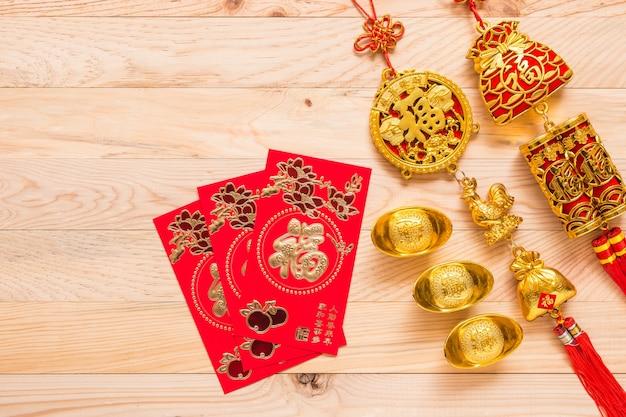 Odgórnego widoku złota i czerwieni dekoraci chiński nowy rok na drewnianym tle