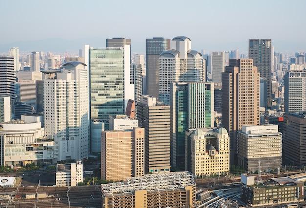 Odgórny miasto widok przy zmierzchem nad umeda nieba budynkiem
