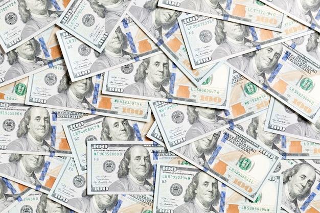 Odgórny widok amerykański pieniądze tło. kupie gotówki dolar. koncepcja banknotów papierowych