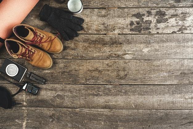 Odgórny widok asortowani wycieczkuje wyposażenia narzędzia na grunge drewnianym tle