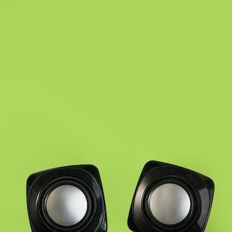 Odgórny widok bezprzewodowy mówca na zielonym tle