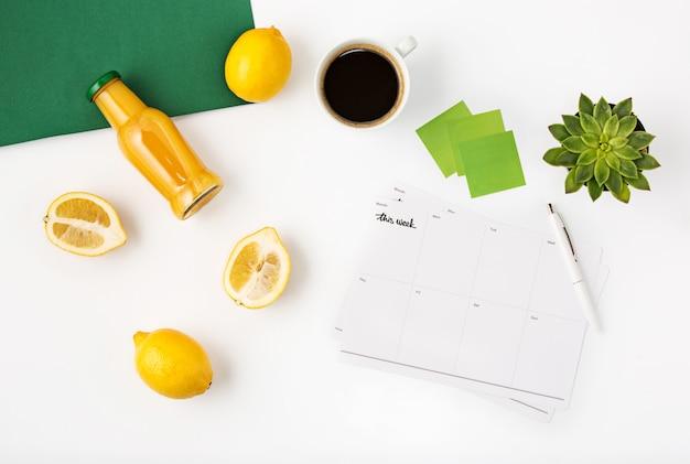 Odgórny widok biały biurowy workspace z notatnikiem