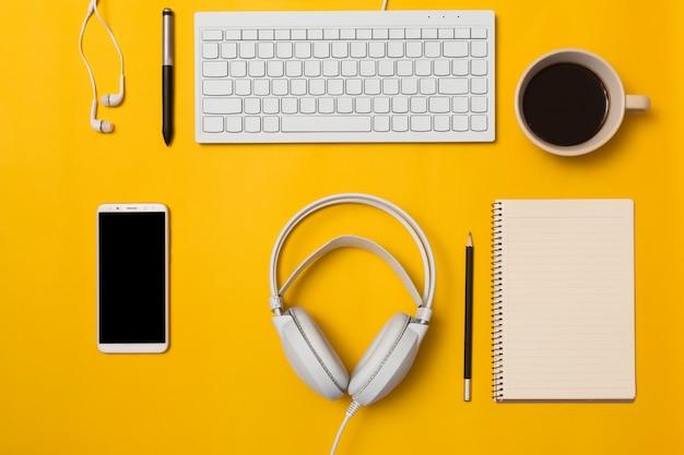 Odgórny widok biurko i styl życia na koloru tle.