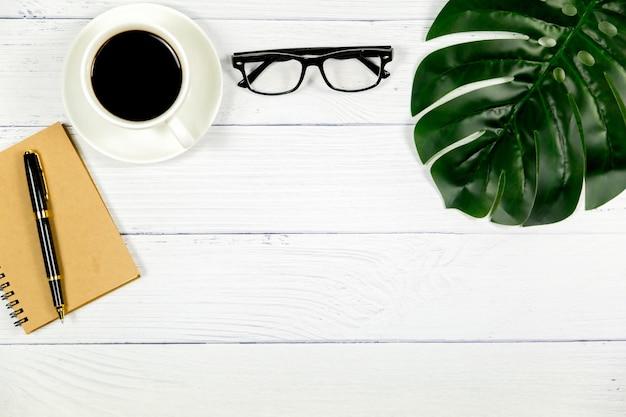 Odgórny widok biuro, drewniany biały biurko z kawą