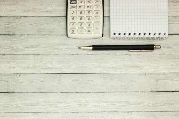 Odgórny widok biurowy stołowy kalkulator z piórem na stole dla biznesu i kopii przestrzeni.