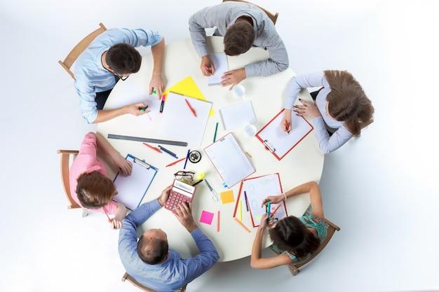 Odgórny widok biznes drużyna na workspace tle