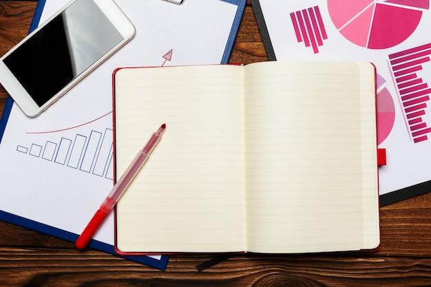 Odgórny widok biznesowego papieru mapa lub wykres na drewnianym stole