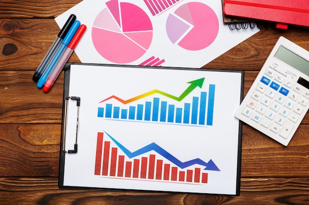 Odgórny widok biznesowej papieru mapa lub wykres na drewnianym stole