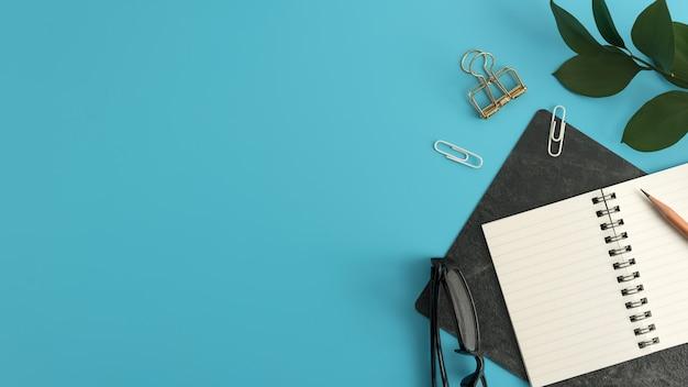 Odgórny widok błękitny biurowego biurka stół z kopii przestrzenią. płaskie leżało.