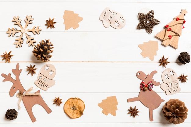 Odgórny widok bożenarodzeniowe dekoracje i zabawki na drewnianym tle. skopiuj miejsce puste miejsce na twój projekt. koncepcja nowego roku