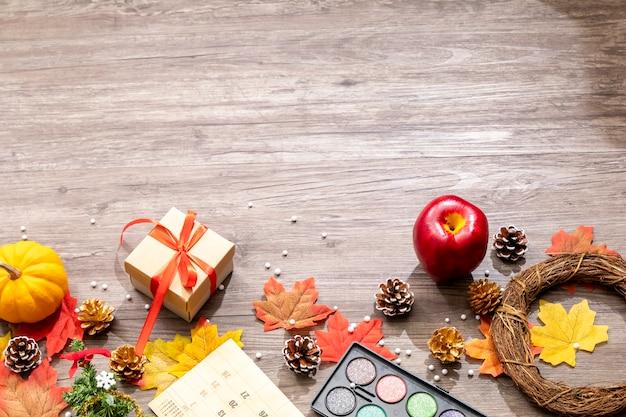 Odgórny widok bożych narodzeń i jesieni dekoracje na drewnianym biurku