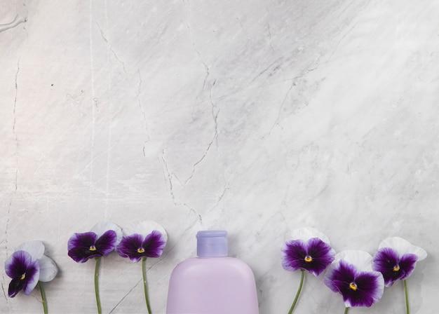 Odgórny widok butelka na marmurowym tle z kopii przestrzenią