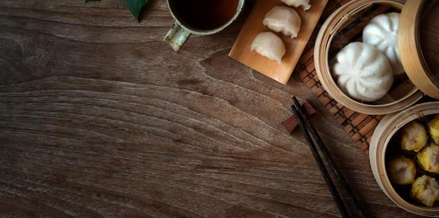 Odgórny widok chińczyk odparowana klucha i odparowana wieprzowiny babeczka w bambusowym parostatku
