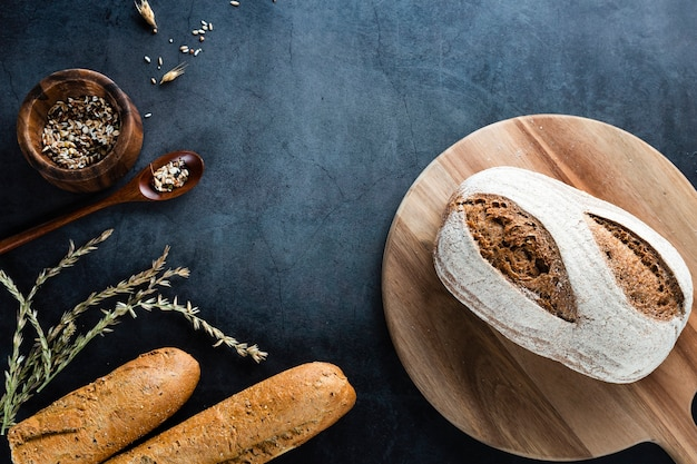 Odgórny widok chleb na siekaczu z czarnym tłem