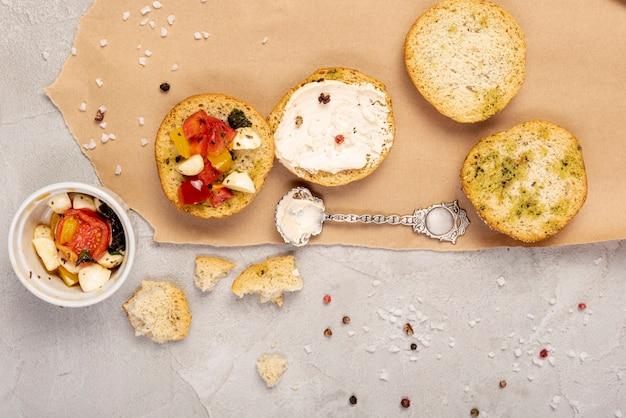Odgórny widok chleb z pomidorami na prostym tle