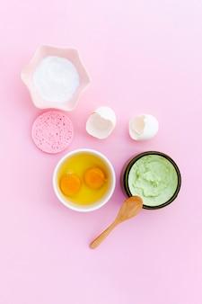 Odgórny widok ciało masło i jajka na różowym tle