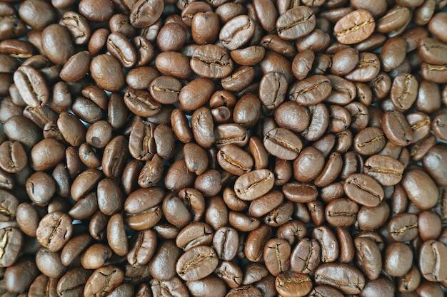 Odgórny widok ciemnobrązowe aromatyczne piec kawowe fasole dla tła