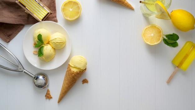 Odgórny widok cytryna lody rożek na białym biurku