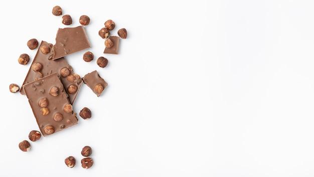 Odgórny widok czekolada z hazelnuts i kopii przestrzenią