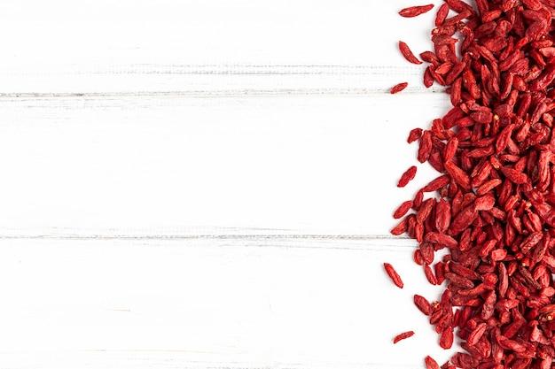 Odgórny widok czerwień dryed owoc z kopii przestrzenią