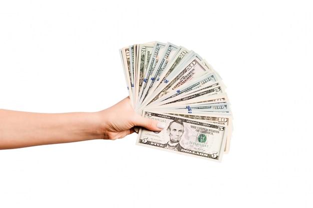 Odgórny widok daje fanowi dolarowi rachunki na odosobnionej ścianie żeńska ręka. koncepcja zysku i luksusu