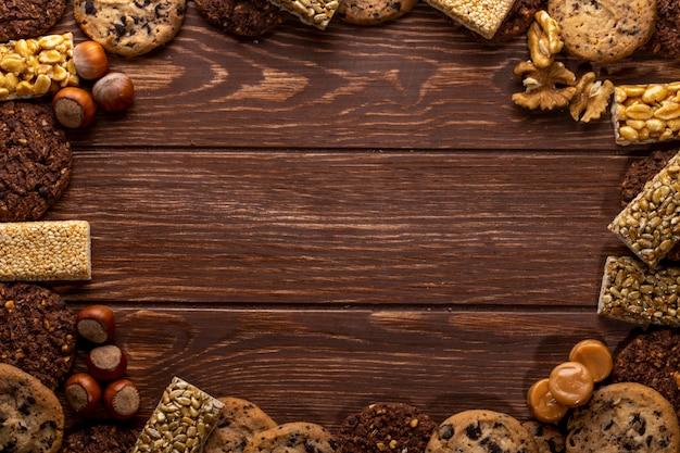Odgórny widok dokrętki i ciastka z kopii przestrzenią na drewnianym