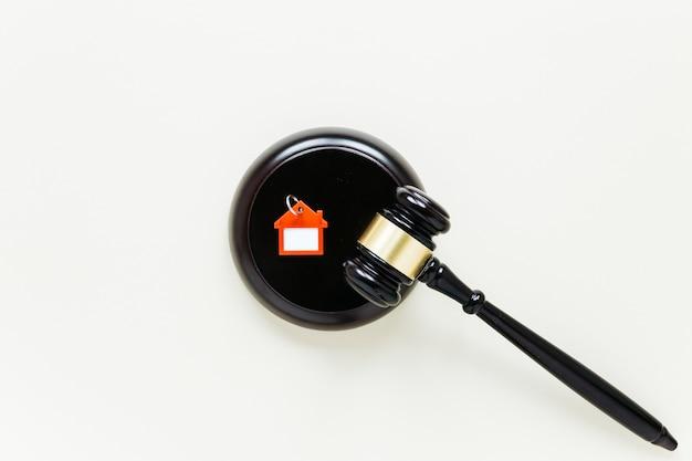 Odgórny widok drewniany młoteczek i domu kształta keychain z copyspace tłem
