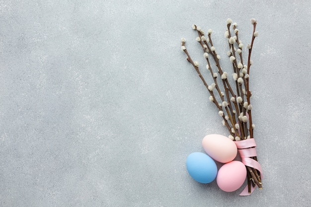 Odgórny widok easter jajka z kopii kwiatami i przestrzenią