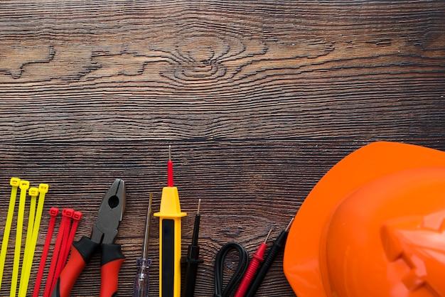 Odgórny widok elektryczny wyposażenie na drewnianym tle