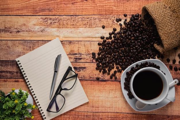 Odgórny widok filiżanka kawy na drewnianym stole
