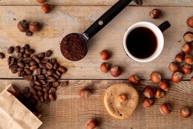 Odgórny widok filiżanka kawy z drewnianym tłem