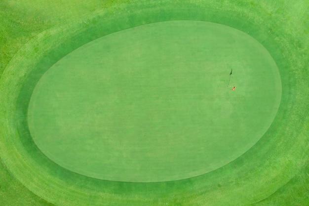 Odgórny widok golfowy słup na zieleni w polu golfowym