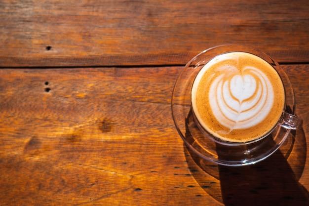 Odgórny widok gorąca tajlandzka dojna herbaciana latte sztuka na drewnianym stole.