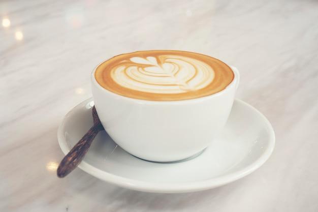 Odgórny widok gorący kawowy latte z latte sztuką