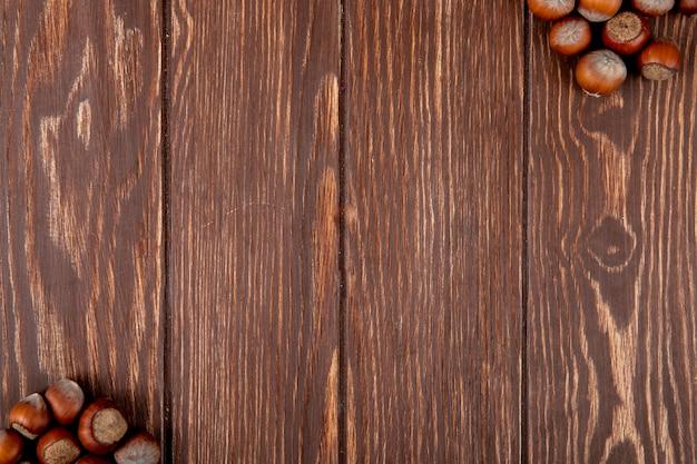 Odgórny widok hazelnuts odizolowywający na drewnianym tle