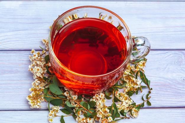 Odgórny widok herbaciana filiżanka na drewnianym stole