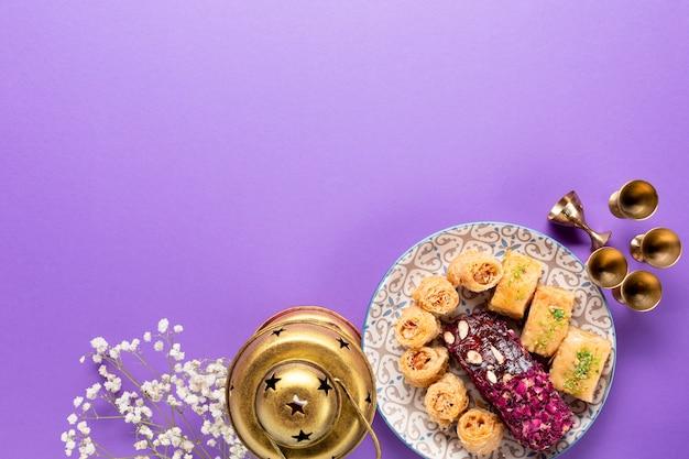 Odgórny widok islamscy ciastka z kopii przestrzenią