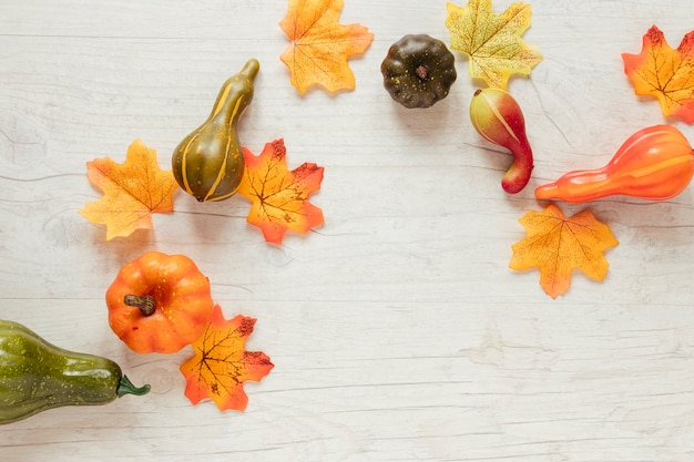 Odgórny widok jesieni jedzenie z drewnianym tłem