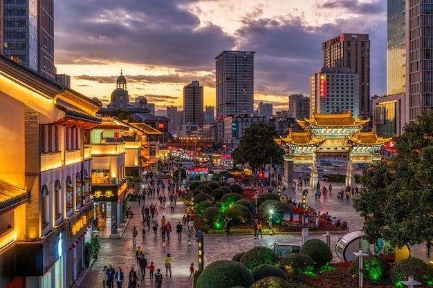 Odgórny widok jinbi kwadrat który ma złotego konia i chabeta koguta archway w zmierzchu czasie przy kunming, chiny