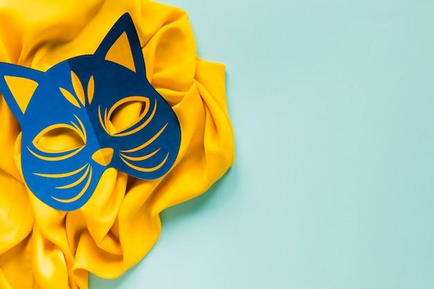 Odgórny widok karnawałowa koci maska na tkaninie z kopii przestrzenią