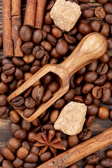 Odgórny widok kawowy pojęcie na drewnianym stole